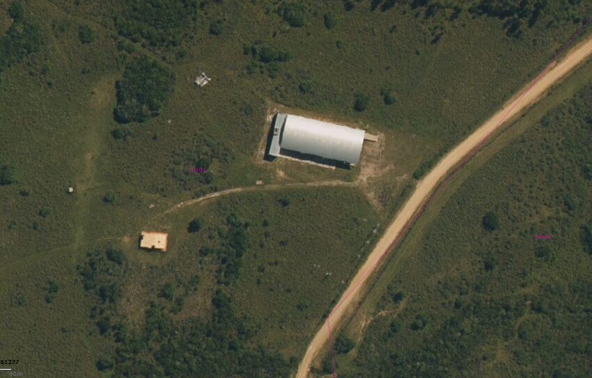 foto aérea galpón y casa caseros