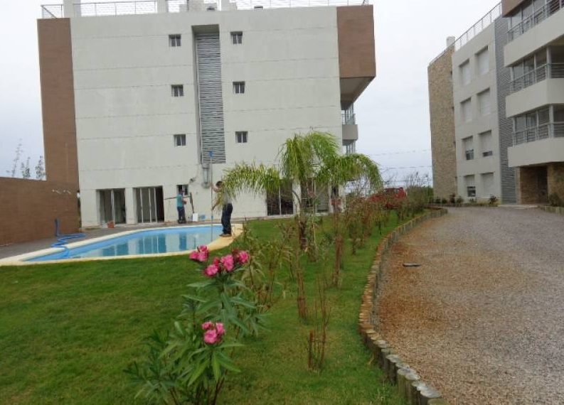 vista posterior jardines & piscina