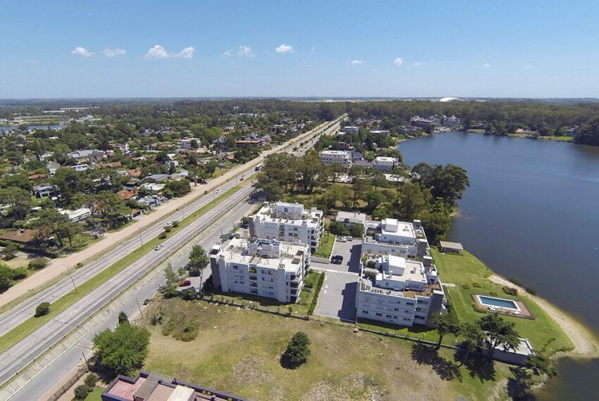 Vista aérea de residencias sobre la Avenida de las Américas y los lagos